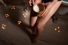 Latte in mani della donna Fotografie Stock