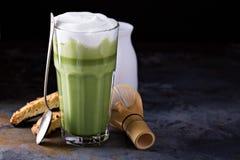 Latte Matcha в высокорослых стеклах Стоковые Изображения