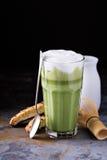 Latte Matcha в высокорослых стеклах Стоковые Фото