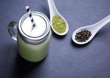 Latte Matcha в стеклянном опарнике Стоковые Фотографии RF
