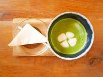 Latte Matcha för grönt te på trämagasinet royaltyfria foton