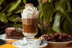 Latte met brownie en chocolade Stock Afbeelding