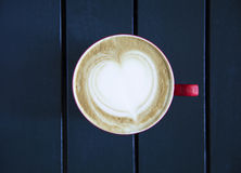 Latte met kop op de lijst wordt gediend die Stock Foto's