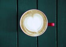 Latte met kop op de lijst wordt gediend die Royalty-vrije Stock Foto's