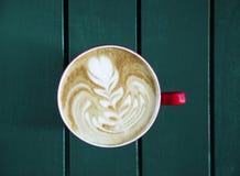 Latte met kop op de lijst wordt gediend die Royalty-vrije Stock Foto