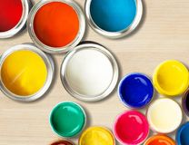 Latte multicolori della pittura su fondo di legno Immagini Stock