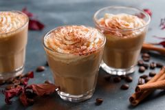 Latte o café condimentado calabaza Foto de archivo libre de regalías