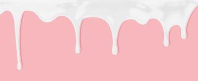 Latte o sgocciolatura liquida bianca sul fondo rosa immagine stock libera da diritti