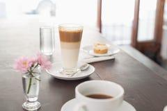 Latte och kaffe på tabellen Arkivfoto