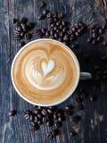 Latte oder Cappuccino auf hölzernem Schreibtisch Stockfotos