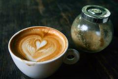 Latte oder Cappuccino mit Zuckerflasche Lizenzfreie Stockbilder