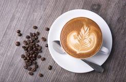 Latte ou cappuccino avec la mousse écumeuse, vue supérieure de tasse de café Image stock