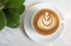 Latte ou cappuccino avec la mousse écumeuse, vue supérieure de tasse de café sur la table en café images stock