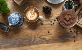 Latte ou cappuccino avec la mousse écumeuse, vue supérieure de tasse de café sur la table en café image libre de droits