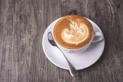 Latte ou cappuccino avec la mousse écumeuse, vue supérieure de tasse de café sur la table en café image stock
