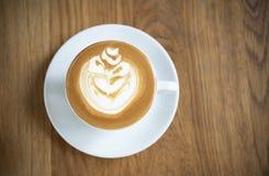 Latte ou cappuccino com espuma espumoso, opini?o superior de copo de caf? na tabela de madeira no caf? fotos de stock royalty free