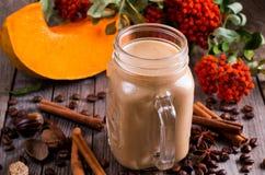 Latte ou cappuccino de café avec un potiron et des épices Image libre de droits