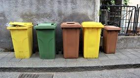 Latte per raccolta dei rifiuti separata nella via fotografia stock