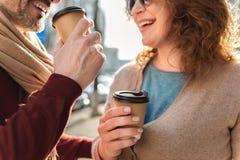 Latte potable de couples supérieurs dehors Photographie stock libre de droits