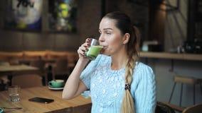 Latte potable de matcha de femme en café banque de vidéos