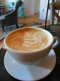 Latte przy sklep z kawą z piankowym liściem Obraz Royalty Free