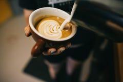 Latte que está sendo preparado pelo barista imagens de stock royalty free