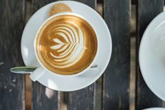 Latte quente na caneca branca Fotografia de Stock Royalty Free