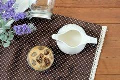 Latte romántico de Caffe del hielo con los cubos de hielo en forma de corazón Imagen de archivo