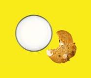 Latte scremato con il biscotto pungente Fotografia Stock