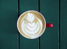 Latte servido com o copo na tabela Imagens de Stock Royalty Free