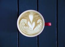 Latte servido com o copo na tabela Imagem de Stock