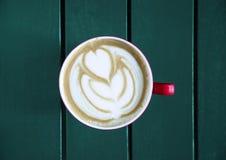 Latte servido com o copo na tabela Imagem de Stock Royalty Free