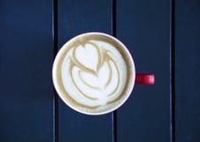 Latte servido com o copo na tabela Fotografia de Stock Royalty Free