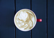 Latte servido com o copo na tabela Fotos de Stock Royalty Free