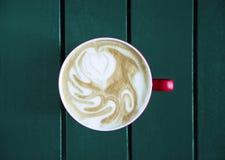 Latte servido com o copo na tabela Fotos de Stock