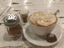 Latte spumoso Caffè e biscotto fotografia stock libera da diritti