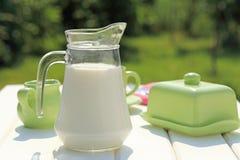 Latte sulla tavola di prima colazione Fotografie Stock Libere da Diritti