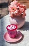 Latte super cor-de-rosa colorido no fundo de mármore Imagem de Stock Royalty Free