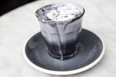 Latte super do carvão vegetal no fundo de mármore Imagens de Stock