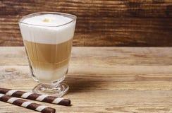 Latte sur le latte en bois de fond sur le fond en bois photo libre de droits