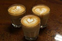 Latte sztuka kawowy Rosetta, serce i tulipan, Obrazy Stock