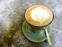Latte sztuki odgórnego widoku kawowa biała filiżanka na popielatym betonu stole Zdjęcia Stock