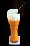 Latte tailandês do chá gelado do estilo no fundo preto Fotografia de Stock Royalty Free