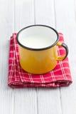 Latte in tazza dello stagno Fotografia Stock Libera da Diritti