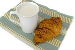 Latte in una tazza con i croissant Fotografia Stock