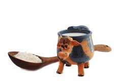 Latte in una tazza dell'argilla Fotografia Stock Libera da Diritti