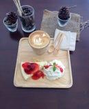 Latte und Kuchen Lizenzfreies Stockfoto