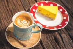 Latte und Kuchen auf einem Holztisch im Café stockfoto