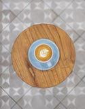 Latte z liść sztuki pianą zdjęcia royalty free