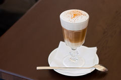Lattecappuccino in einer Glasschale Lizenzfreies Stockfoto